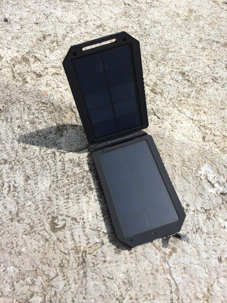 Solární nabíječka s akumulátorem